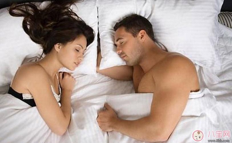 妻子怀孕后夫妻睡姿有什么讲究 六种怀孕后夫妻睡姿看感情程度