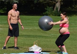 怀孕9个月的准妈妈举杠铃 双胞胎妈妈做深蹲装备<font color='red'>顺产</font>