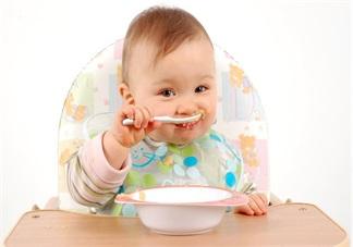 宝宝<font color='red'>吃饭</font>追着喂 错过独立喂饭机会只能这样