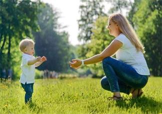 看到孩子想走路 这样帮才是真的到位