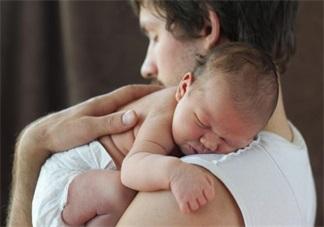 哄孩子睡觉一放下秒醒 妈妈被孩子的吵闹吵得实在太累