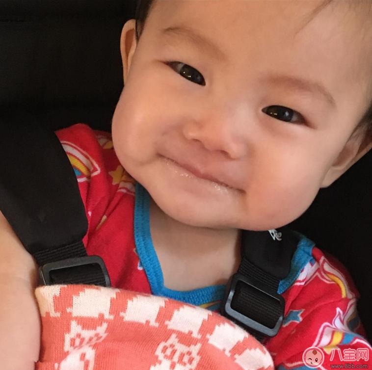 陈冠希疯狂晒娃可爱宝宝萌翻 孩子吐泡泡是正常的吗